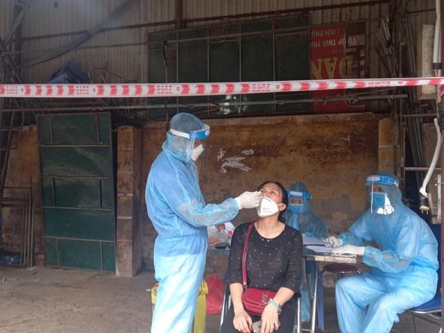 Lấy mẫu xét nghiệm cho tiểu thương chợ Phùng Khoang, quận Nam Từ Liêm, sáng 1/8.