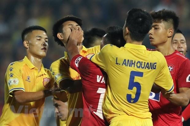 Hậu vệ Văn Hạnh tát thẳng mặt cầu thủ Nam Định. (Ảnh: Thùy Dương/Vietnam+).