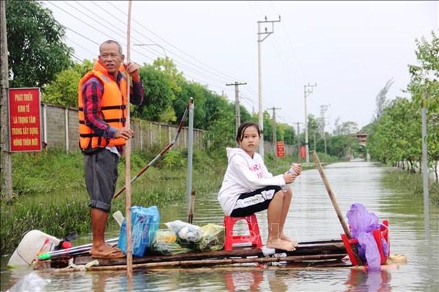 Người dân vùng lũ cần được bảo đảm sinh kế lâu dài. Trong ảnh: Hai cha con ở thôn Bình Tiến (xã Tân Lâm Hương, huyện Thạch Hà, tỉnh Hà Tĩnh) trong mùa lũ vừa qua. Ảnh: BTT.