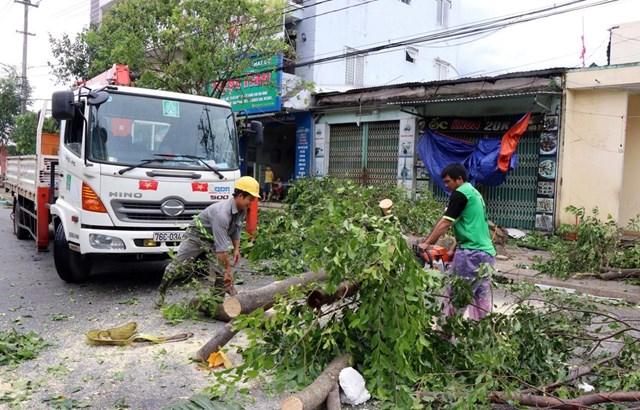 Người dân Quảng Ngãi dọn dẹp, khắc phục hậu quả sau khi cơn bão đi qua. Ảnh: TTXVN.