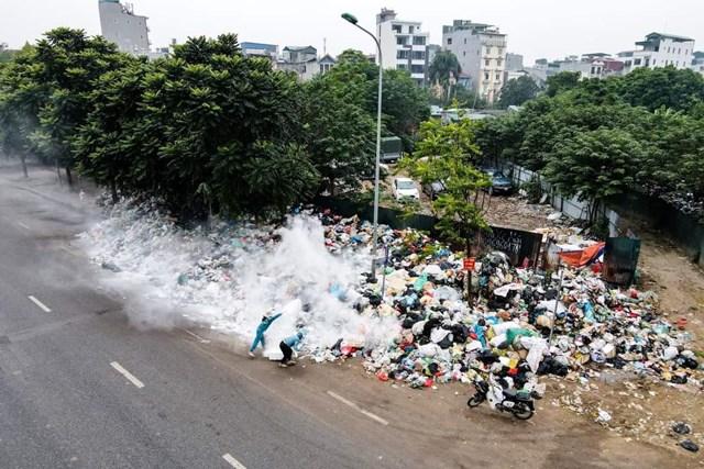 Nhiều tuyến đường phố Hà Nội ngập rác trong mấy ngày vừa qua .Ảnh: Tuấn Minh.
