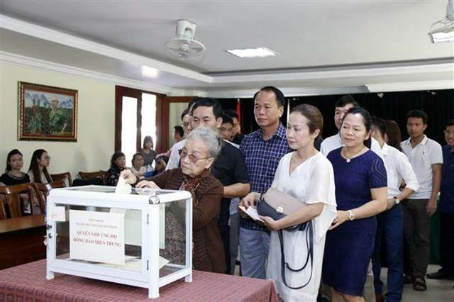 Cộng đồng người Việt Nam tại thủ đô Viêng Chăn (Lào) quyên góp, ủng hộ đồng bào miền Trung. Ảnh: TTXVN.