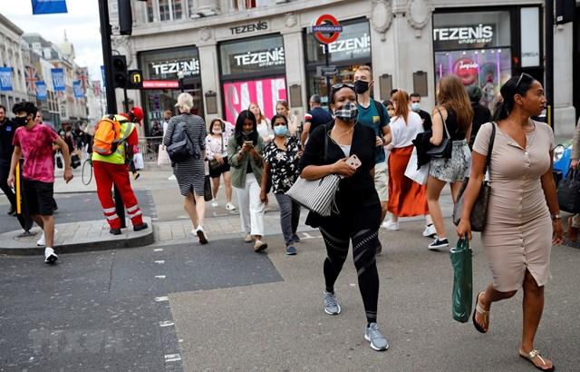 Người dân London đeo khẩu trang phòng lây nhiễm Covid-19. Ảnh: AFP.