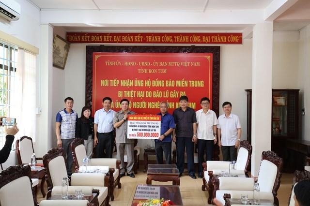 Đoàn công tác trao phần quà hỗ trợ cho tỉnh Kon Tum. Ảnh: Cổng Thông tin điện tử Đắk Lắk.