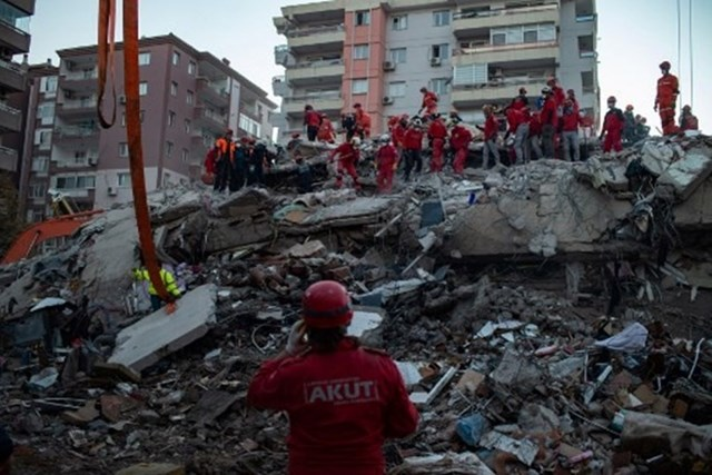 Lực lượng cứu hộ đang tìm kiếm các nạn nhân trong trận động đất tại Thổ Nhĩ Kỳ. Ảnh: AFP.