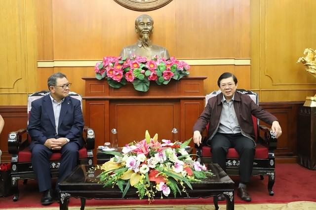 Phó Chủ tịch Nguyễn Hữu Dũng trò chuyện cùng ông Suzuki Yasutaka, Tổng giám đốc Công ty TNHH Yamaha Mortor Việt Nam.