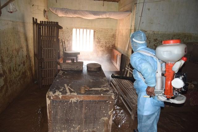 Phun tiêu độc, khử trùng khu vực ngập lụt, phòng chống dịch bệnh sốt xuất huyết và các loại bệnh khác.