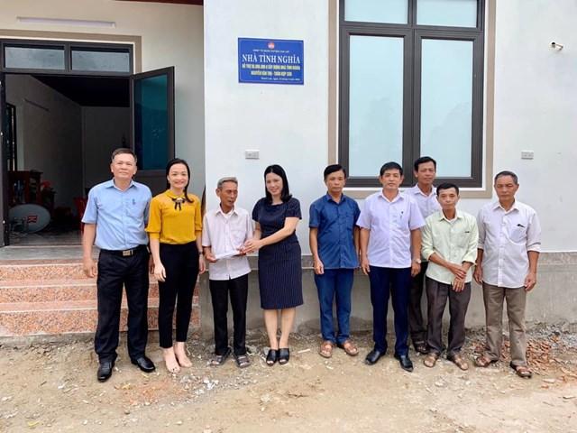 MTTQ huyện Can Lộc bàn giao nhà tình nghĩa cho hộ chính sách có hoàn cảnh khó khăn.