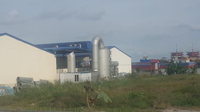 Ống khói từ xưởng sản xuất đồ nhựa đang ngày ngày bức tử môi trường sống xung quanh.
