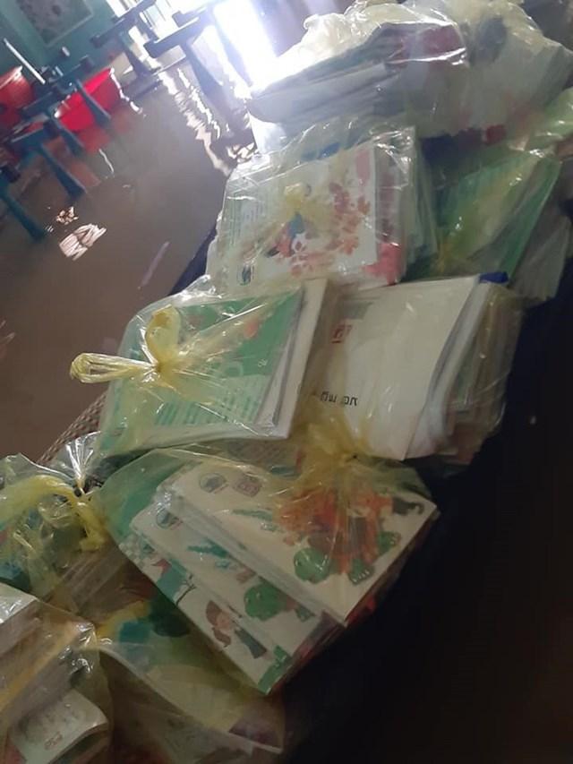 Sách vở của học sinh trường Vĩnh Lâm suýt bị ngập trong nước lũ nhưng may mắn được di chuyển kịp thời. Ảnh: Cô giáo Nguyễn Thị Anh Đào.