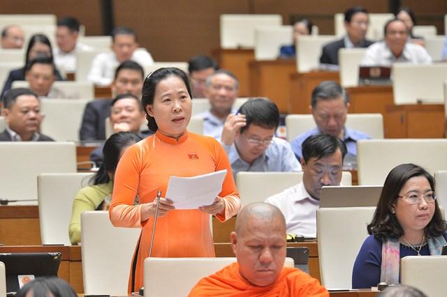 Đại biểu Tô Ái Vang (đoàn Sóc Trăng) đóng góp ý kiến. Ảnh: Quochoi.vn.