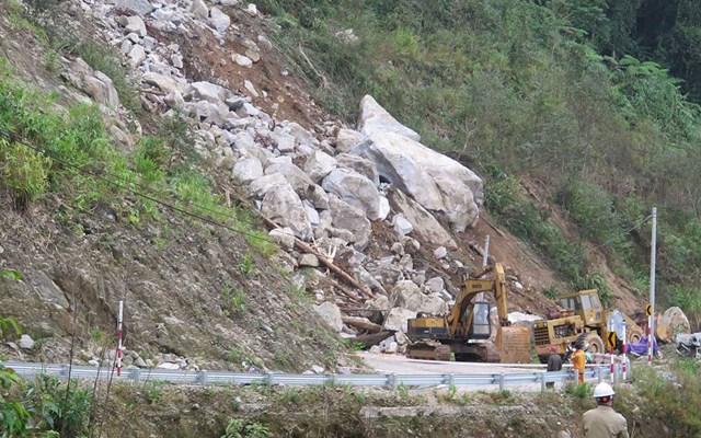 Đường Trường Sơn Đông bị sạt lở tại km202 + 100 khiến giao thông ách tắc hoàn toàn.
