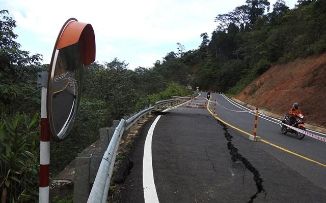 Một điểm sụt lún mặt đường trên đèo Măng Đen, quốc lộ 24.