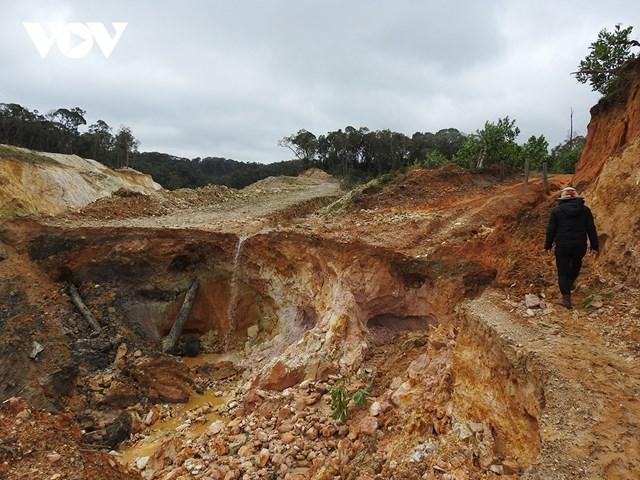 Đường giao thông nông thôn ở xã Hiếu, huyện Kon Plông bị sạt lở nguy hiểm.