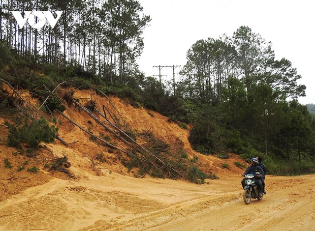 Hàng trăm điểm sạt lở trên các tuyến đường ở tỉnh Kon Tum tiềm ẩn nguy cơ gây tan nạn rất cao .
