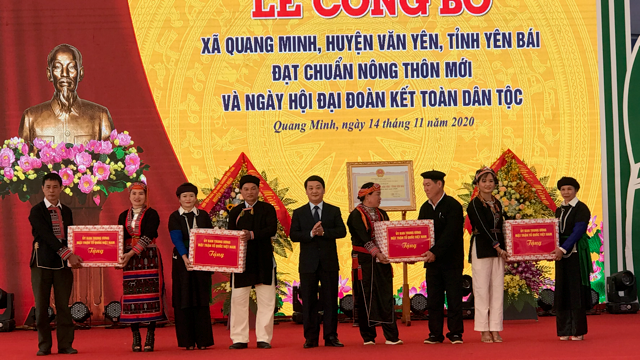 Phó Chủ tịch - Tổng Thư ký UBTƯ MTTQ Việt Nam Hầu A Lềnh tặng quà cho người dân xã Quang Minh.
