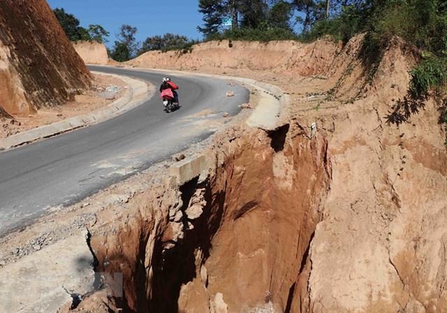 Sạt lở nghiêm trọng xảy ra trên một khúc cua, dốc của tuyến đường, tiềm ẩn nguy hiểm cho các phương tiện giao thông. Ảnh: TTXVN.
