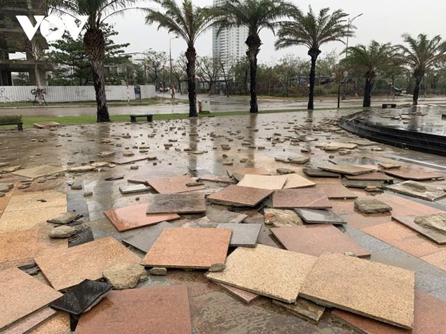 Sóng nước gây sói lở nền gạch, những tấm đá hoa cương trang trí tại Công viên trên đường Như Nguyệt.