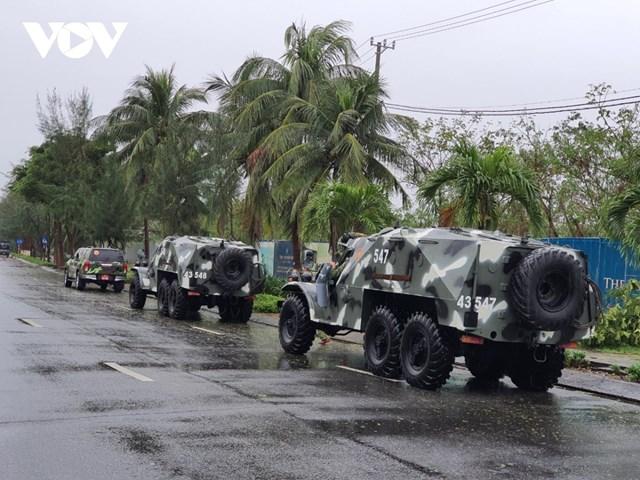 Sáng 15/11, Đà Nẵng điều 2 xe lội nước rà soát quanh thành phố, nắm tình hình thiệt hại do bão số 13.