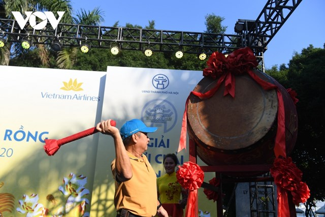 Ông Dương Trí ThànhTổng Công ty Vietnam Airlines đánh trống khai mạc giải đấ.