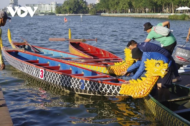 Ban tổ chức kiểm tra các thuyền đua.