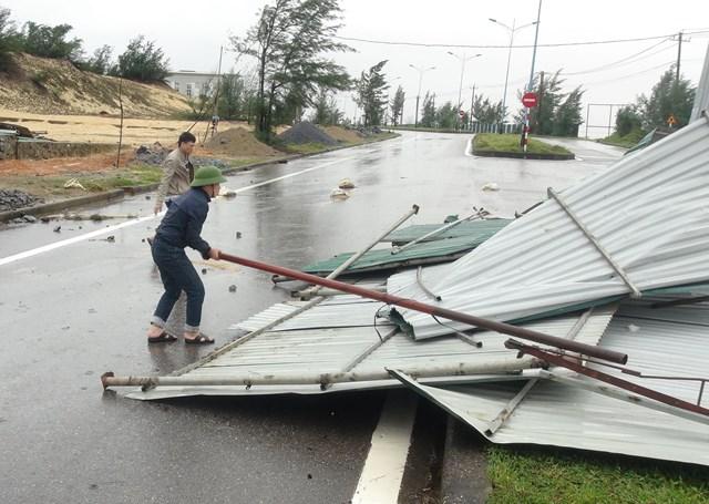 Mái tôn ở hàng quán ven biển tỉnh Quảng Bình bị gió bão đánh bay.