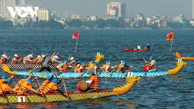 Các đội hào hứng tham gia tranh tài tại giải Bơi chải thuyền rồng Hà Nội mở rộng năm 2020.