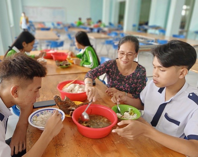 """Nhiều học sinh xem cô Dung như """"người mẹ thứ hai"""" hết mực ân cần chăm lo cho các em."""