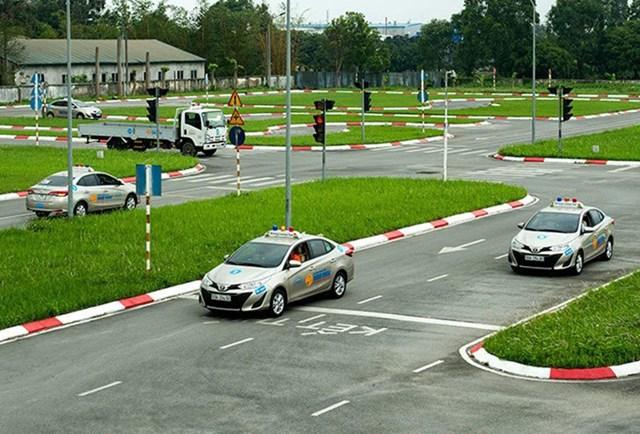 Việc chuyển giao sát hạch, cấp giấy phép lái xe từ Bộ Giao thông vận tải sang Bộ Công an còn nhiều băn khoăn.