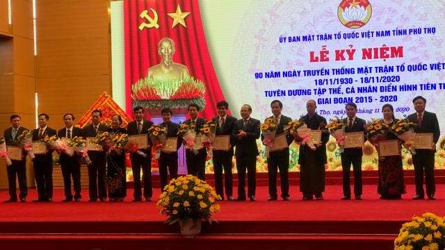 Nhiều cá nhân, tập thể đón nhận Kỷ niệm chương và Bằng khen của UBTƯ MTTQ Việt Nam.