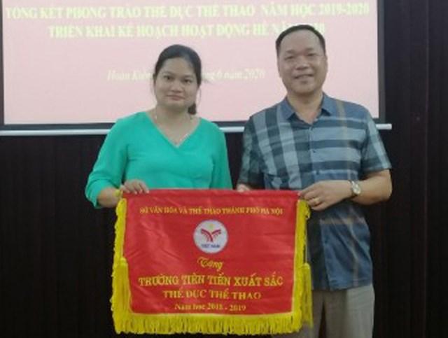 Đón nhận danh hiệu Trường Tiên tiến xuất sắc thể dục thể thao.