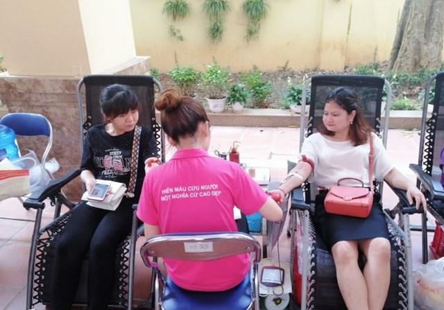 Cô giáo Phạm Thị Thùy Trang (bên phải) hiến máu tình nguyện.