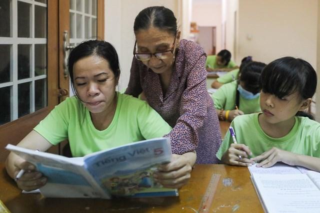 Huỳnh Thị Kim Hạnh là học sinh lớn tuổi nhất lớp, 33 tuổi. Chị mới đi học khoảng bốn năm nay, đang theo chương trình lớp 5. Chị không được nhanh nhẹn, tư duy chậm nên học yếu hơn bạn bè, mới thành thạo đọc viết.