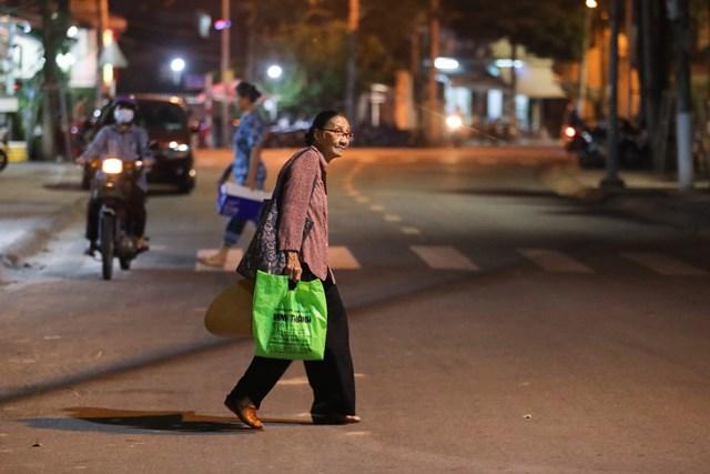 19h, sau khi dạy xong, bà Ba lại đi bộ về phòng trọ. Có những hôm ở nhà buồn, bà tranh thủ bán thêm ít vé số vào buổi tối.
