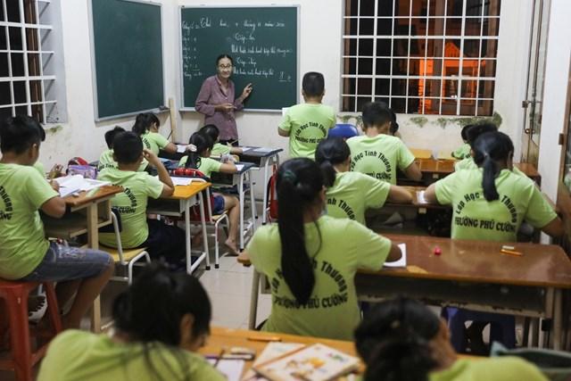Lớp học tình thương rộng chừng 15 m2, có bàn cao thấp khác nhau vì học trò ở nhiều lứa tuổi. Bà Ba đảm nhận dạy tiếng Việt và những môn khoa học xã hội, trong khi môn khoa học tự nhiên do một thầy khác giảng dạy.