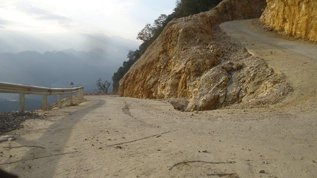"""Một trong những đoạn đường """"cua tay áo"""" lên đỉnh Cao Sơn."""