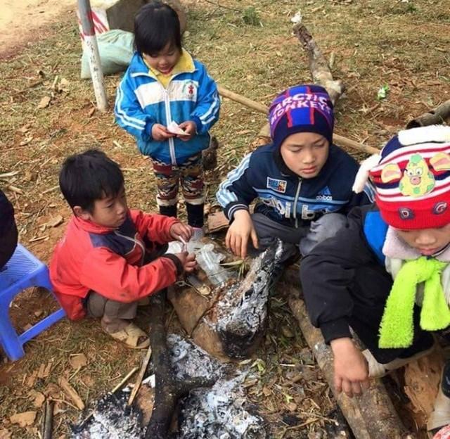 Các thầy giáo ở Cao Sơn ngày nào cũng phải đốt sẵn một đống lửa để cho học sinh đến sưởi.