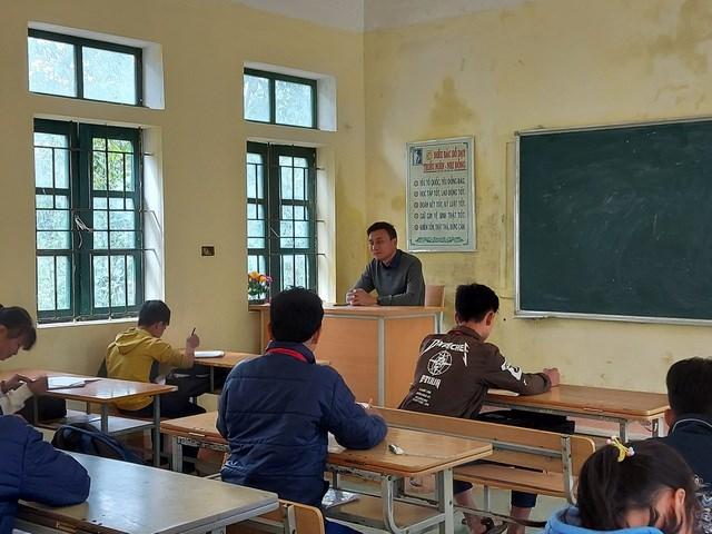 Thầy Trần Ngọc Hải đã gắn bó với ngôi trường trên đỉnh Cao Sơn này suốt 15 năm kể từ khi trường chỉ là một điểm lẻ với vài tấm gỗ ghép thành phòng học.