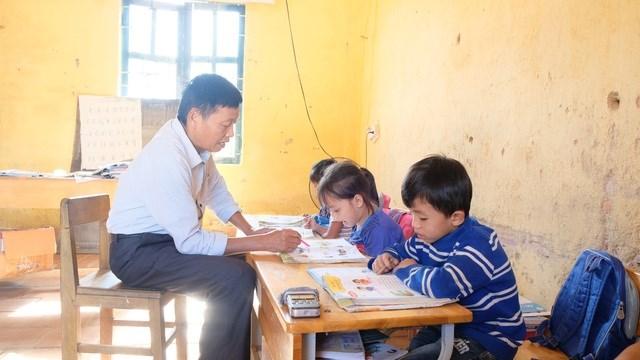 Thầy Xuân dạy học sinh lớp 1 đánh vần.