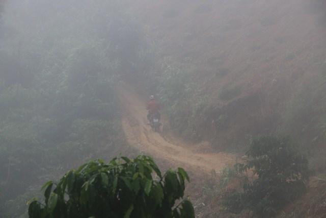 Cứ sáng thứ hai thầy Là từ điểm trường chính, một mình vượt gần 20 km đường rừng để vào cụm 8.