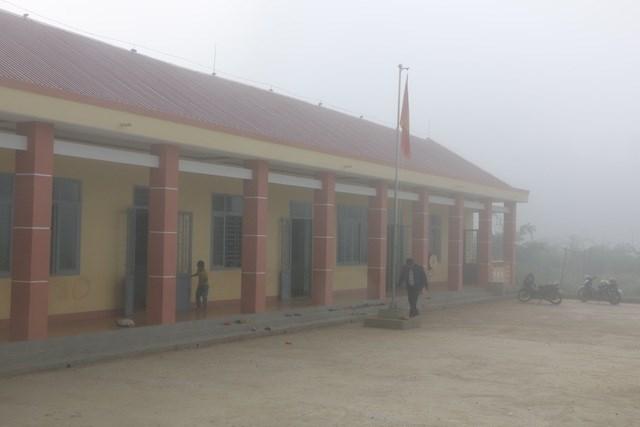 7h sáng, điểm trường vẫn chìm trong sương sớm.