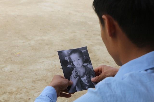 Thầy Là và tấm hình con trai được in trắng đen.