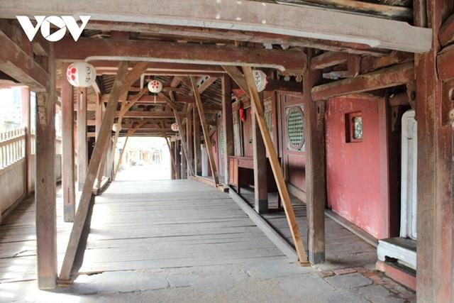 Di tích Chùa Cầu xuống cấp nghiêm trọng, các cơ quan chức năng dùng gỗ chống đỡ tạm.