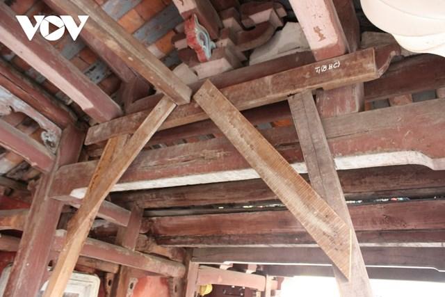 Chùa Cầu xuống cấp buộc phải dùng các thanh gỗ chống đỡ tạm.