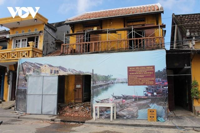 Một di tích trên đường Bạch Đằng, Hội An bị xuống cấp, đang được trùng tu lại.