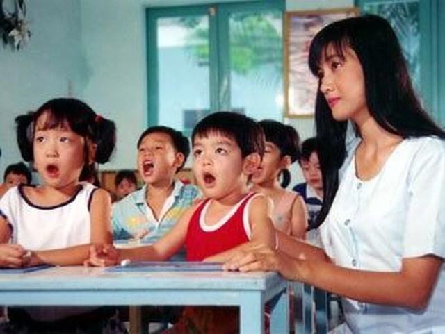 """Bộ phim """"Tuổi thần tiên"""" (Cu Tí và cô giáo Mai – 1995) là một bộ phim rất xúc động về tình cô trò khi xoay quanh câu chuyện giữa cô giáo Mai và cu Tí 5 tuổi - con một của gia đình giàu có, được nuông chiều."""