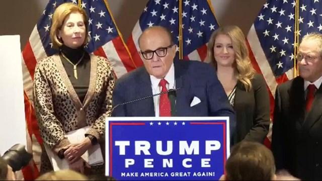 Luật sư của Tổng thống Trump Rudy Giuliani phát biểu tại cuộc Họp báo. Ảnh chụp màn hình The Independent.