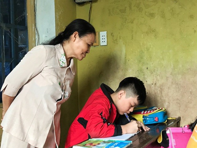 """Từ cây viết mực đến chiếc bảng con đều là do cô """"tài trợ"""" cho các em."""