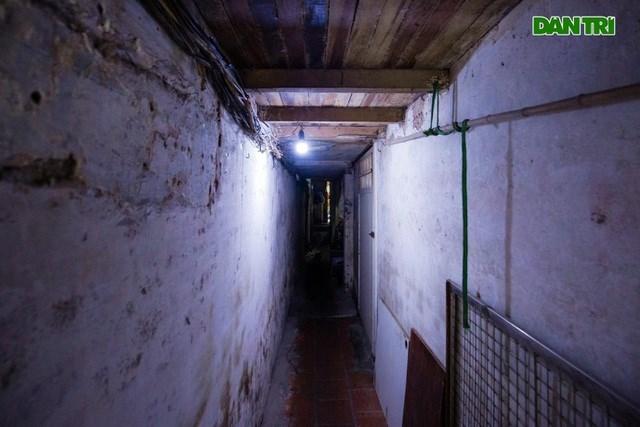 Bên trong ngõ nhỏ là hàng chục hộ dân sinh sống. Đáng chú ý, ngay trên phía đầu đường đi vào ngõ là căn gác xép chỉ rộng 2m, dài 3m và cao chưa đến 1m2 là nơi ở của ông Hoàng Văn Xuân (57 tuổi). Căn nhà từng là nơi sinh hoạt của 9 người trong 1 gia đình.