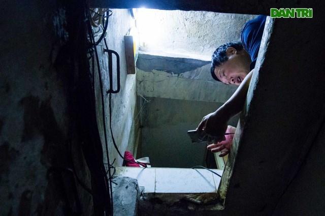 Muốn vào nhà, các thành viên thường phải... đu lên bằng những bậc cầu thang chữ U đã hoen gỉ.